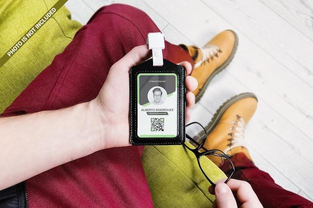 Homem mostra carteira de identidade em porta-couro