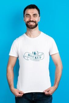 Homem mostrando a vista frontal da camisa do modelo