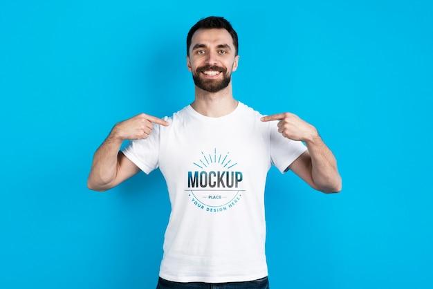 Homem mostrando camisa de maquete