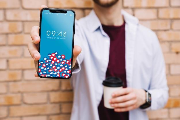 Homem, mostrando, smartphone