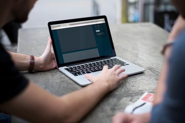 Homem mostrar laptop notebook device