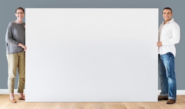 Homem mulher, segurando, em branco, tábua
