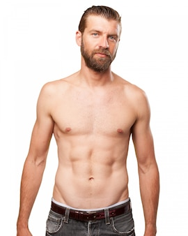 Homem muscular que mostra seu abs