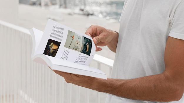 Homem na rua lendo livro