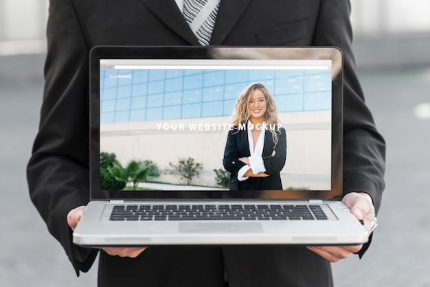 Homem negócios, apresentando, laptop, mockup