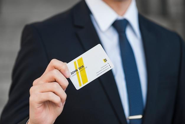 Homem negócios, com, cartão negócio, mockup