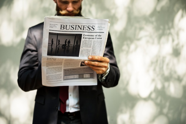 Homem negócios, ficar, e, jornal leitura