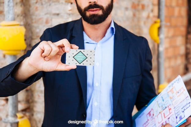 Homem negócios, mostrando, cartão negócio, frente, local construção