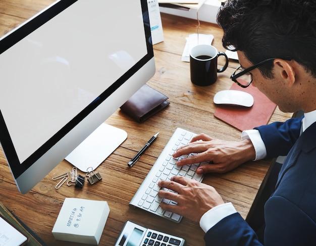Homem negócios, usando, um, computador desktop, com, um, vazio, tela