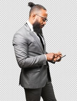 Homem negro de negócios com um tablet