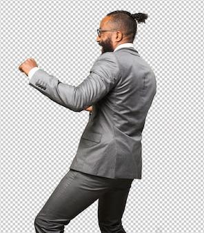 Homem negro de negócios dançando
