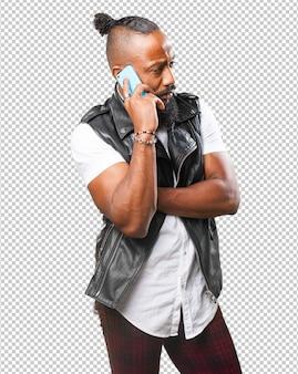 Homem negro falando ao telefone