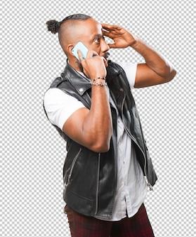 Homem negro falando no celular
