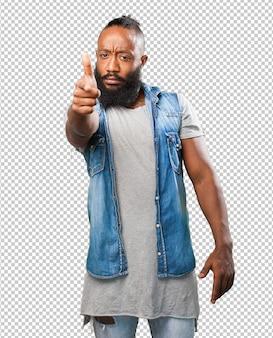 Homem negro, fazendo um gesto de arma