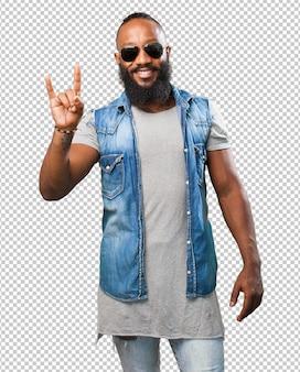 Homem negro fazendo um gesto de rocha