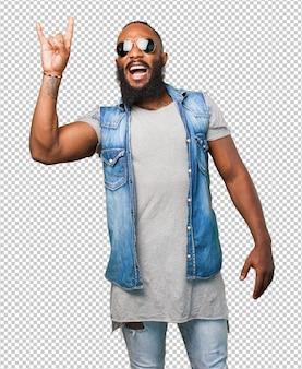 Homem negro fazendo um gesto de rock