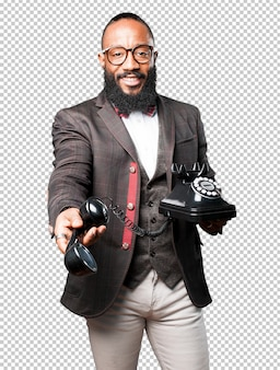 Homem negro oferecendo seu telefone