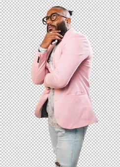 Homem negro pensando em branco