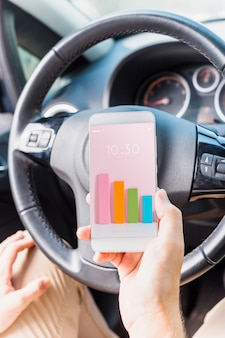 Homem no carro com maquete de smartphone