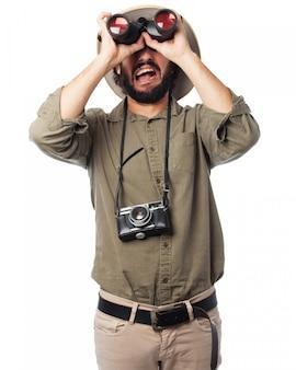 Homem olhando através de binóculos