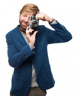 Homem que toma uma foto