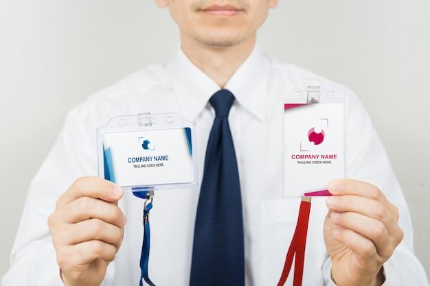 Homem segurando a maquete do cartão de identificação