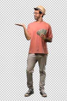 Homem segurando muitas contas segurando copyspace imaginário na palma da mão para inserir um anúncio
