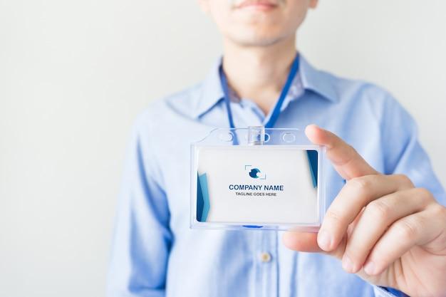 Homem segurando o modelo de cartão de identificação