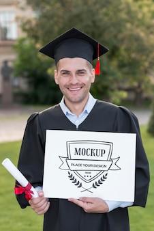 Homem segurando orgulhosamente um diploma simulado