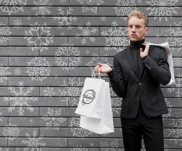 Homem segurando sacolas cópia-espaço