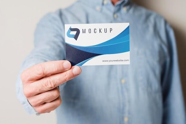 Homem segurando um cartão de visita