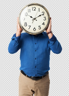 Homem segurando um relógio