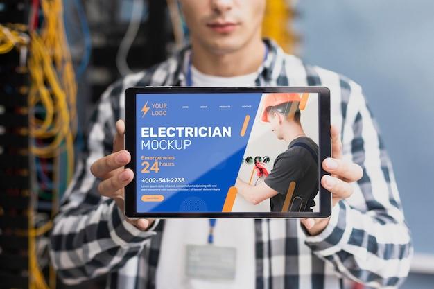 Homem segurando um tablet mock-up no trabalho