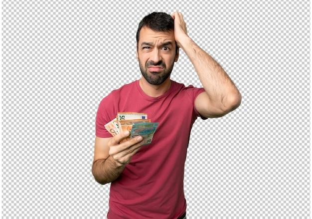 Homem tomando muito dinheiro com uma expressão de frustração e não entendendo