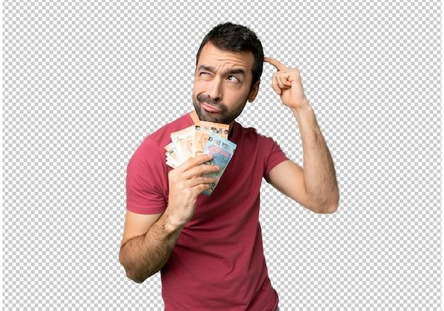 Homem tomando um monte de dinheiro com dúvidas enquanto coçando a cabeça