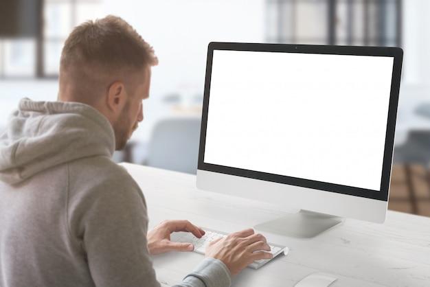 Homem trabalha no computador. tela isolada para maquete