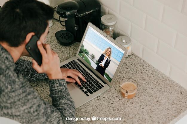 Homem, usando computador portátil, e, fazer, telefonema