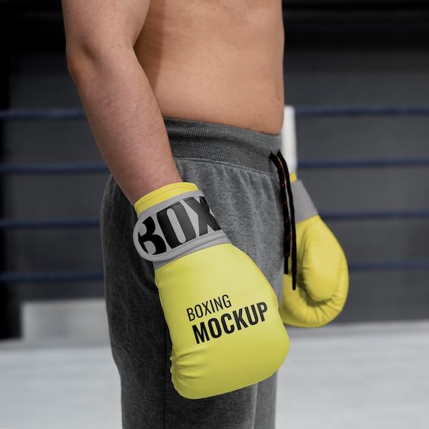 Homem usando maquete de luvas de boxe