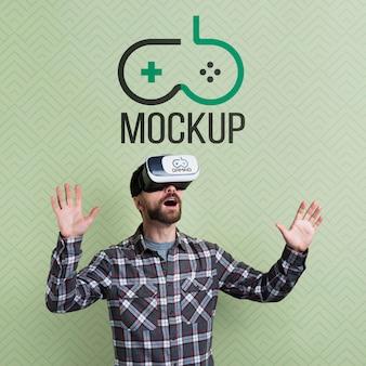 Homem usando um fone de ouvido de realidade virtual e mock-up médio
