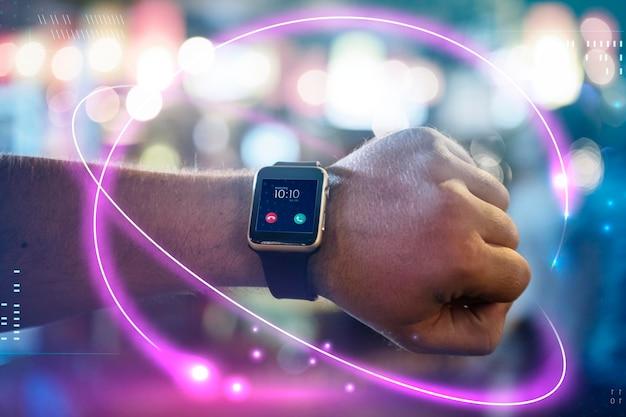 Homem usando um smartwatch digital