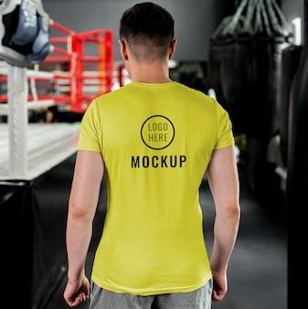 Homem vestindo modelo de camiseta de boxe