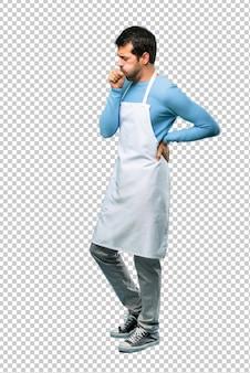 Homem vestindo um avental está sofrendo com tosse e se sentindo mal