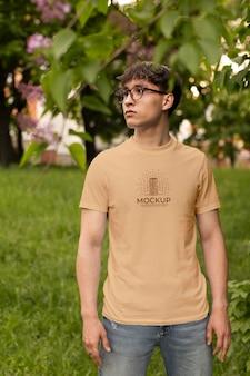 Homem vestindo uma camiseta simulada