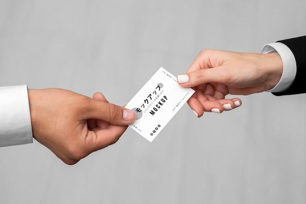 Homens segurando uma maquete de cartão de visita
