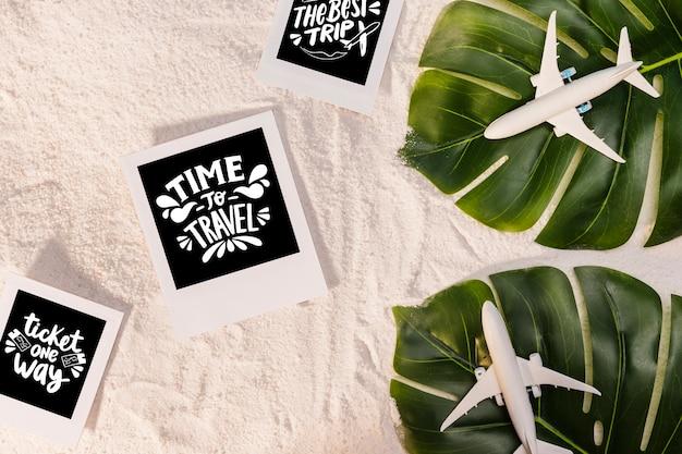 Hora de viajar, lettering sobre viajar, com folhas de palmeira e aviões de brinquedo