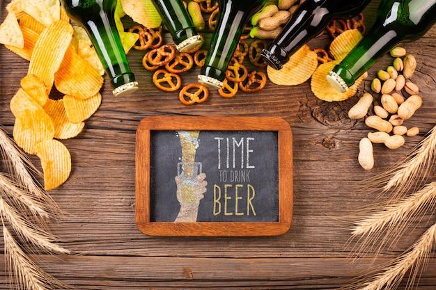 Hora do lanche com cerveja em garrafas junto