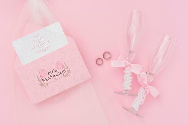 Ideias de casamento vista superior com envelope e taças de champanhe