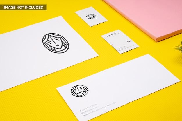 Identidade visual em maquete amarela