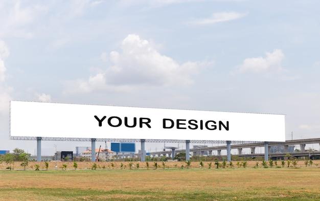 Imagem da maquete de cartazes de tela branca outdoor em branco com céu de nuvens brancas para publicidade