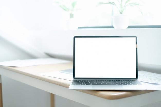 Imagem da maquete do laptop na mesa de madeira com equipamentos do designer gráfico de aplicativos móveis
